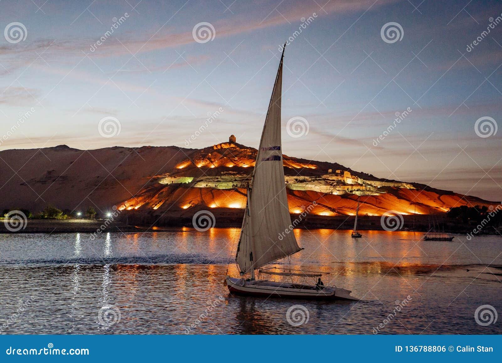 Coucher du soleil à Assouan Egypte avec le bateau de Felucca sur le Nil