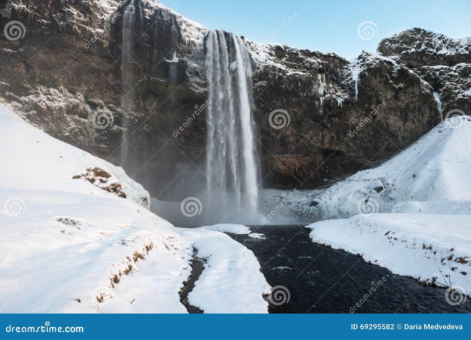 Coucher du soleil à la cascade de Seljalandfoss à l hiver, Islande