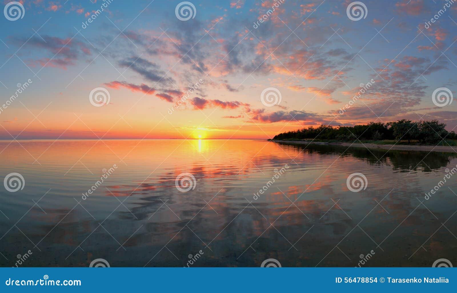 Coucher du soleil à la mer Méditerranée