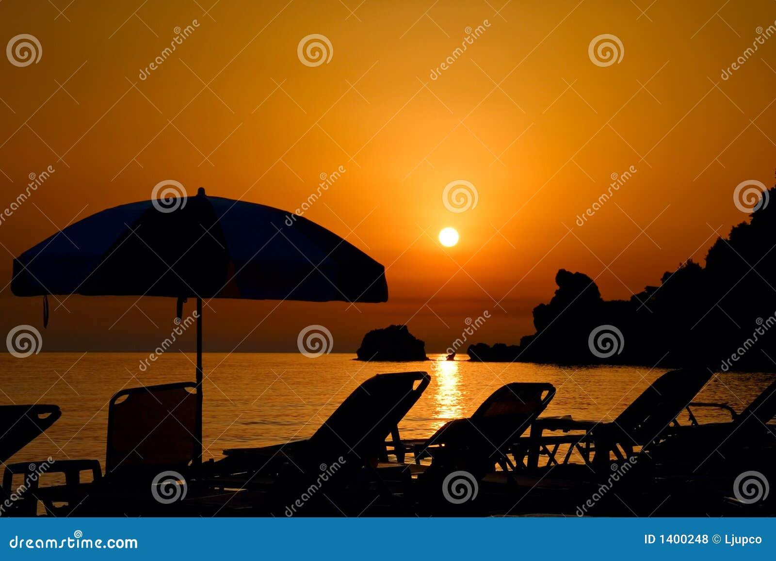 Coucher du soleil à la plage sur l île de Corfou