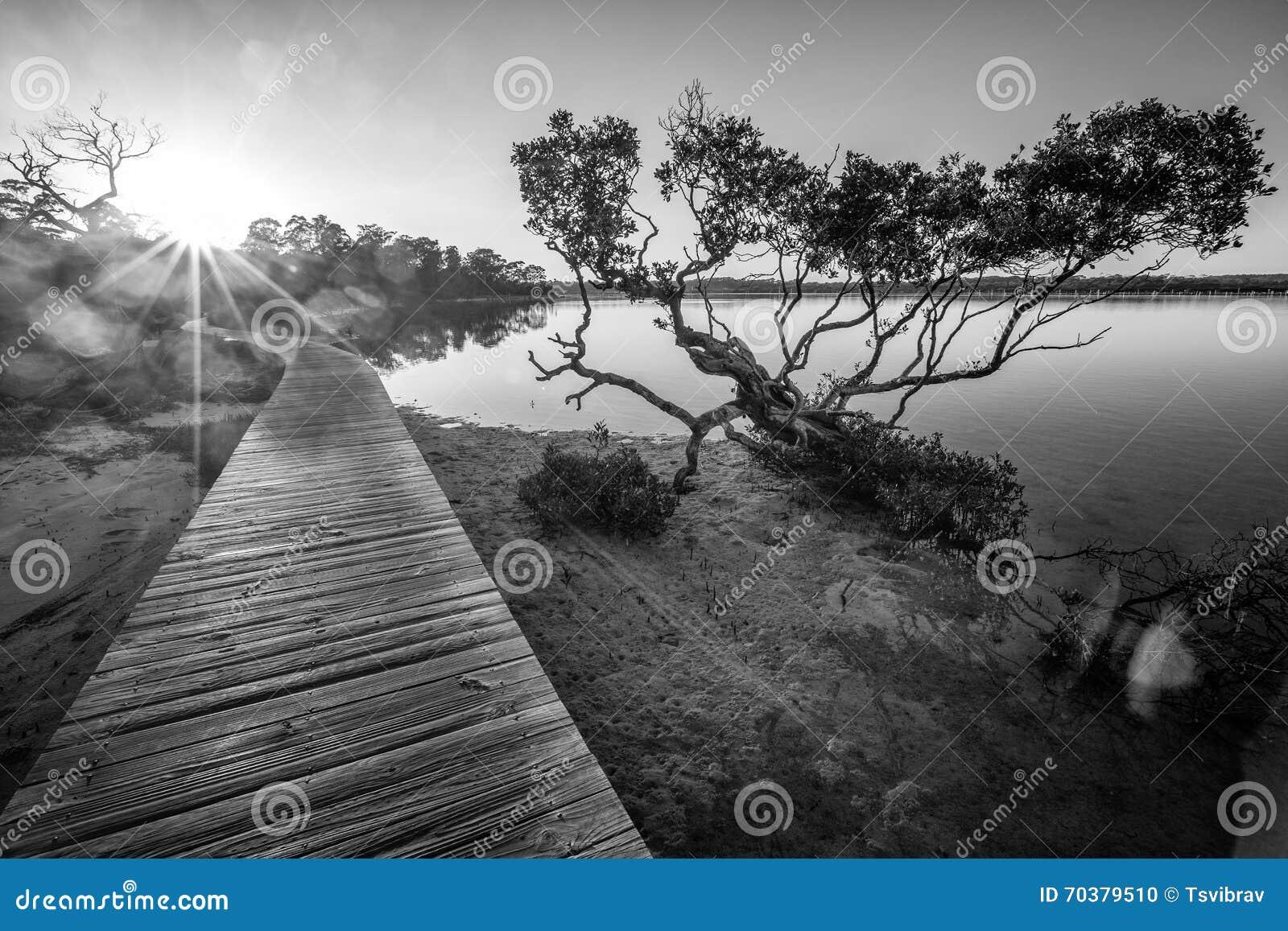 Coucher du soleil à la promenade de lac Merimbula, Victoria, Australie
