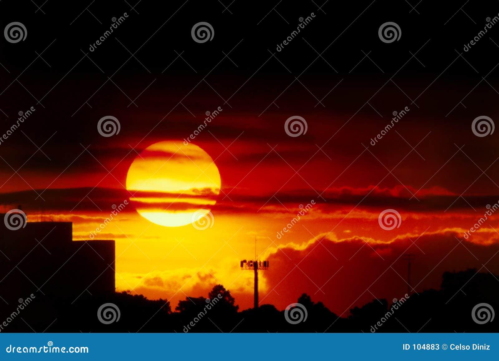 Coucher du soleil au-dessus de la ville
