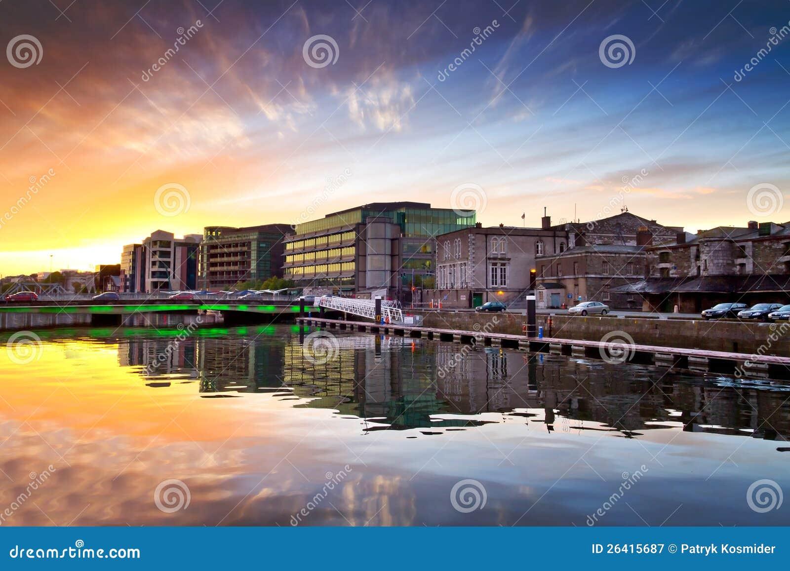 Coucher du soleil tonnant au fleuve de la ville de li ge for Piscine destock