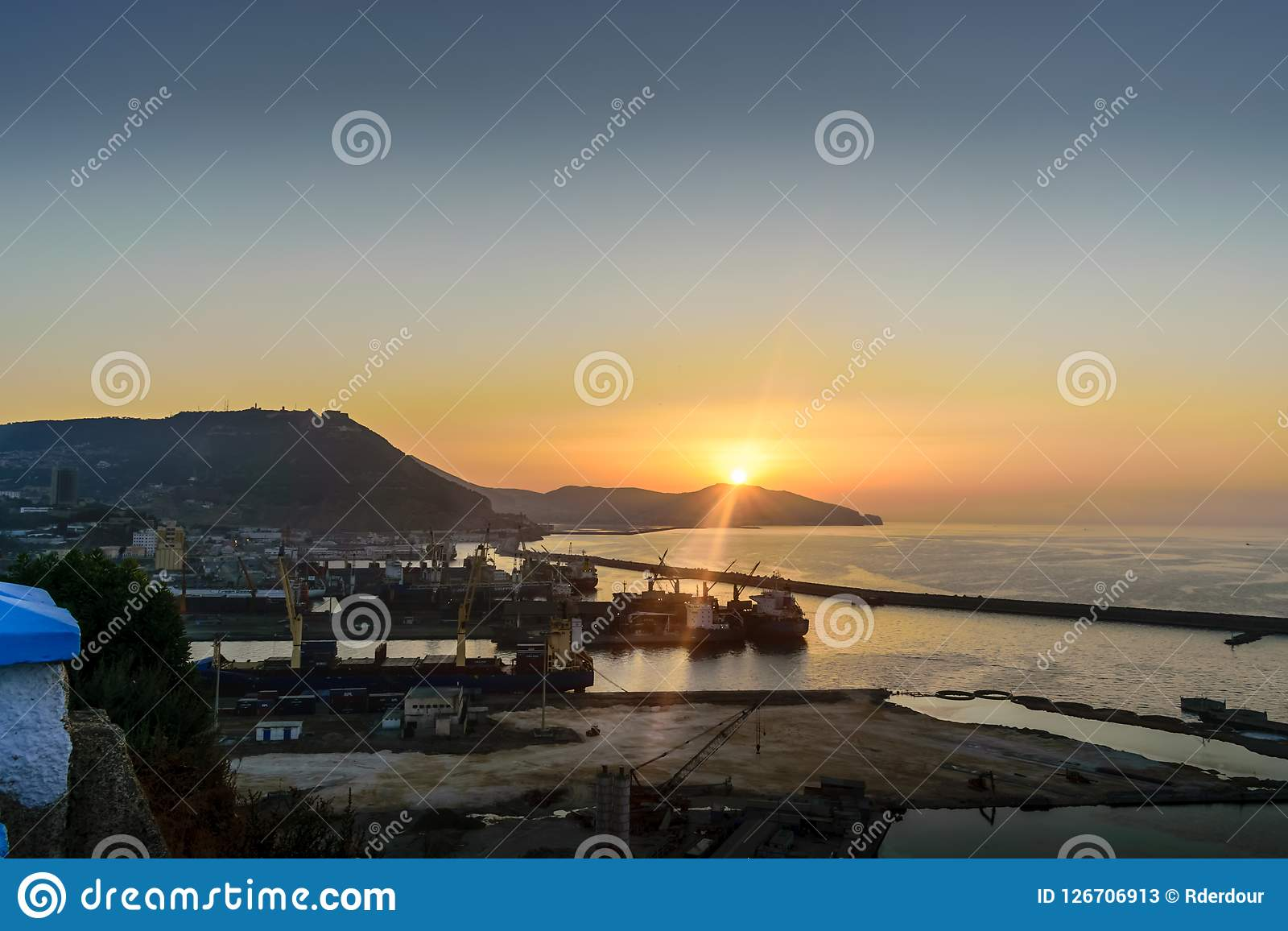 Coucher du soleil étonnant en mer mediteranian