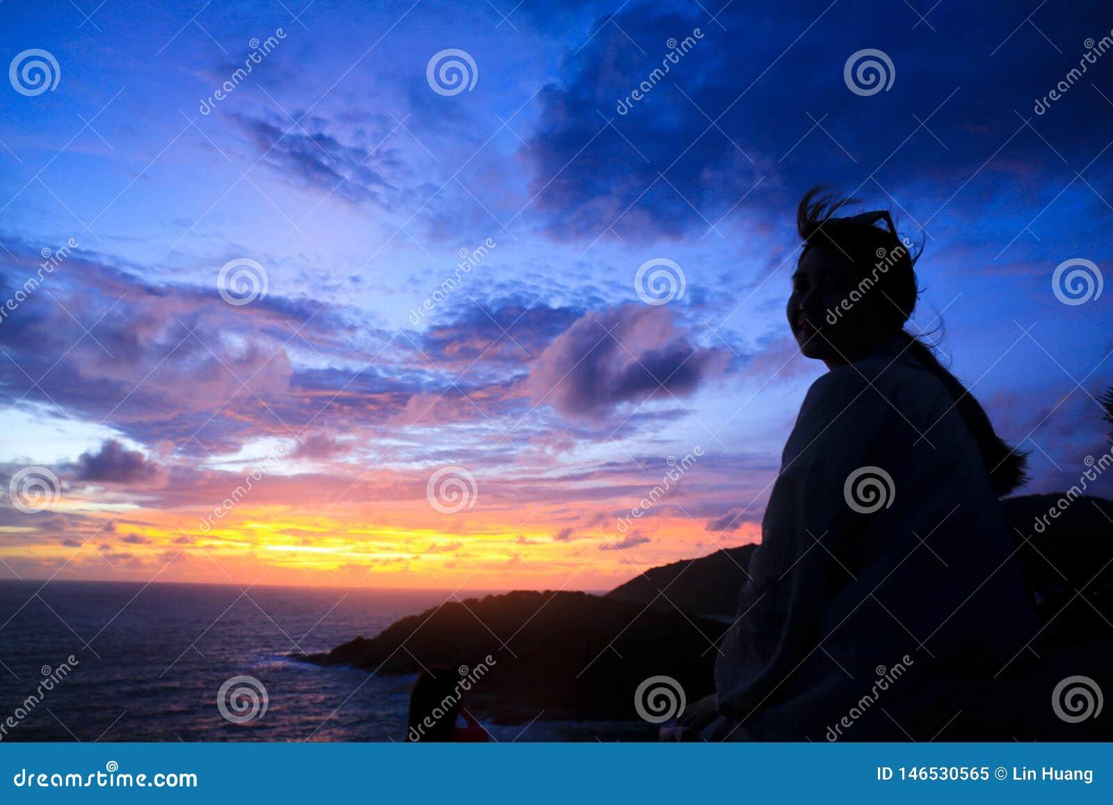 Coucher du soleil au-dessus du cap de Thep de bal d ?tudiants en Tha?lande
