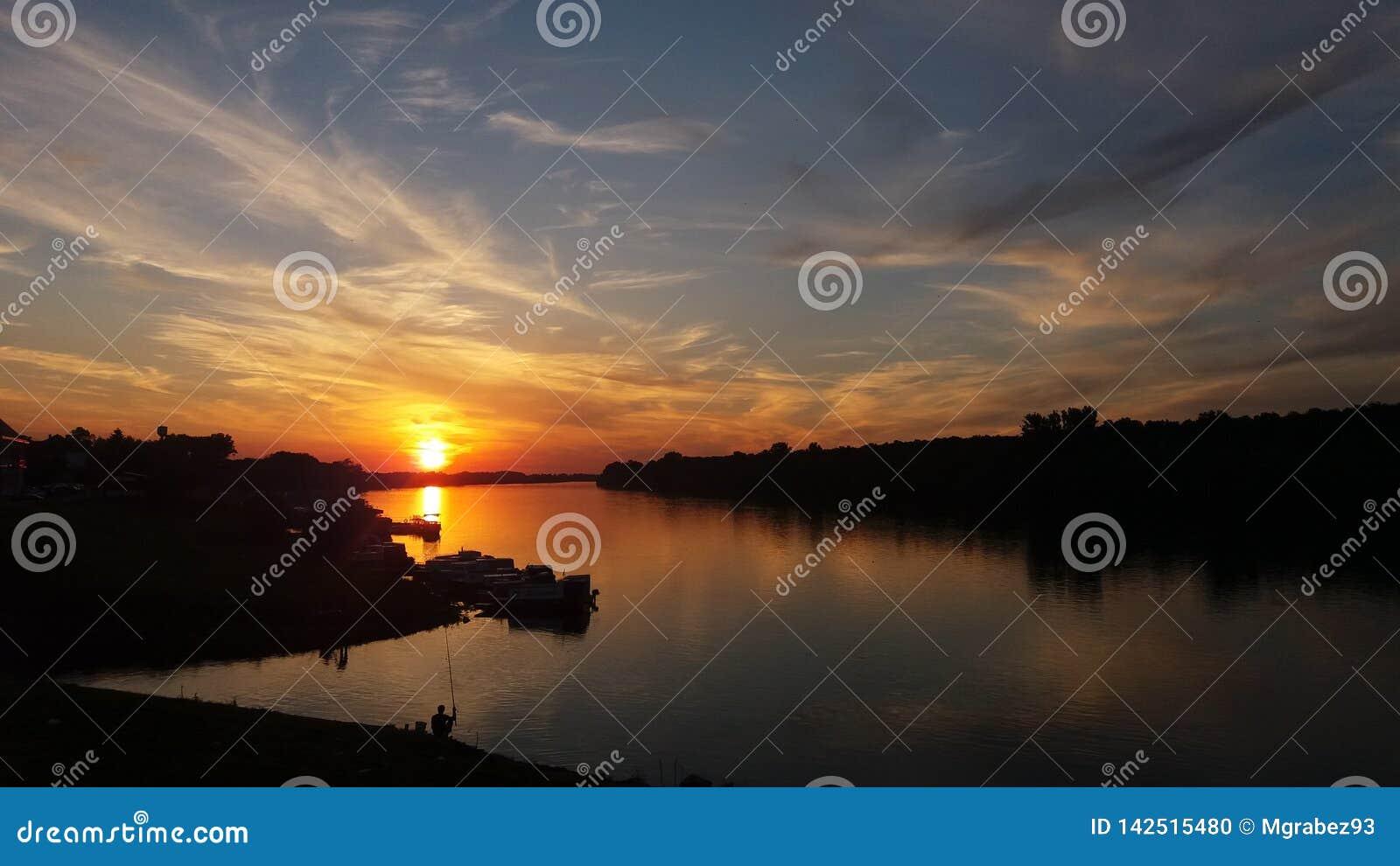 Coucher du soleil au-dessus d heure de Sava Golden de rivière