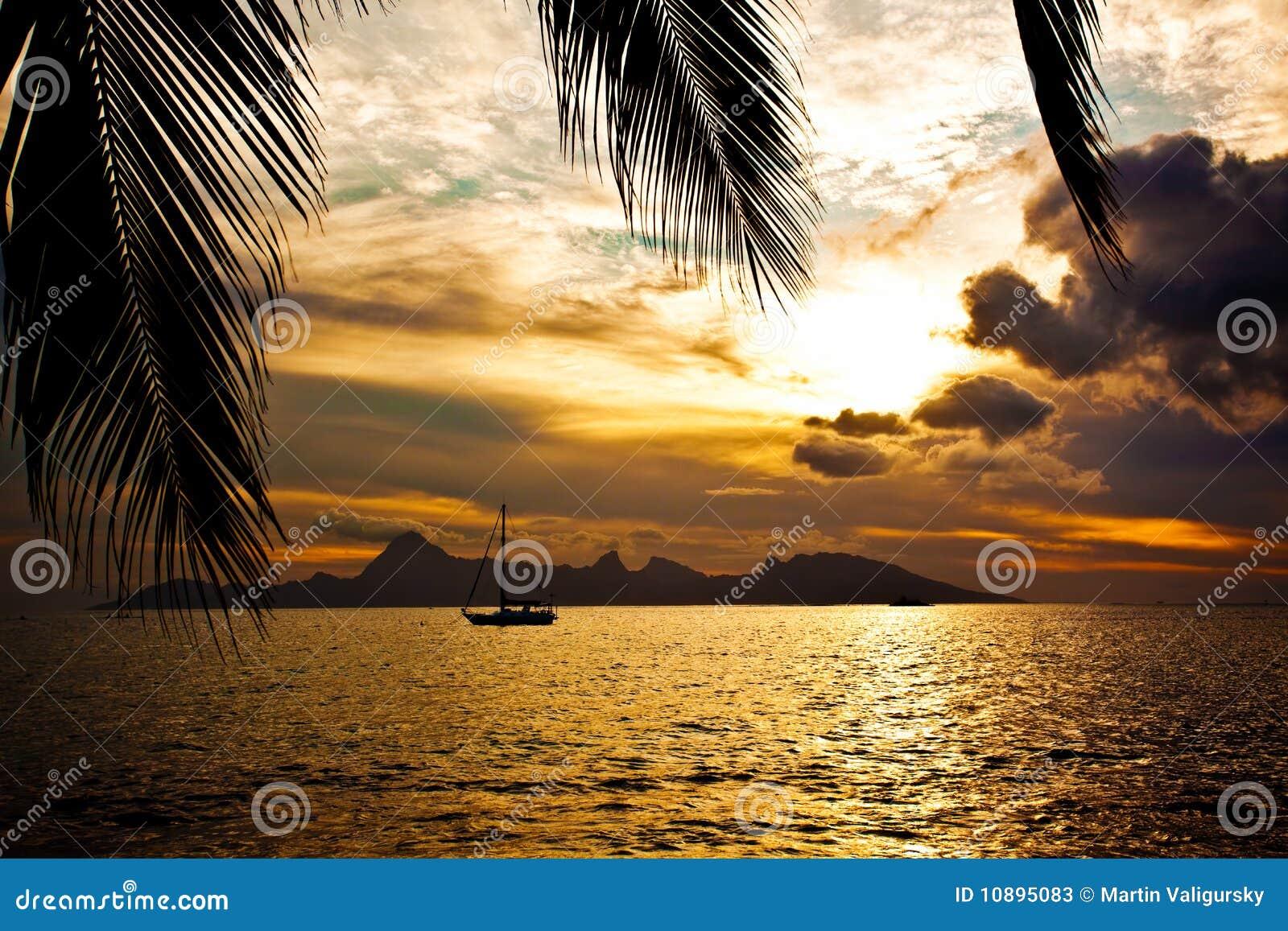 Coucher du soleil au-dessus de l île de Moorea vue du Tahiti