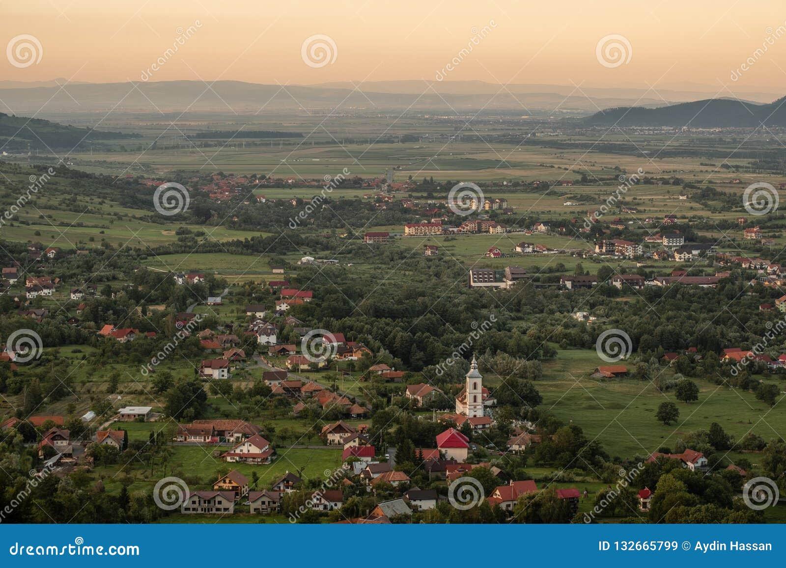 Coucher du soleil au-dessus de la campagne de Transylvanian près du château de son
