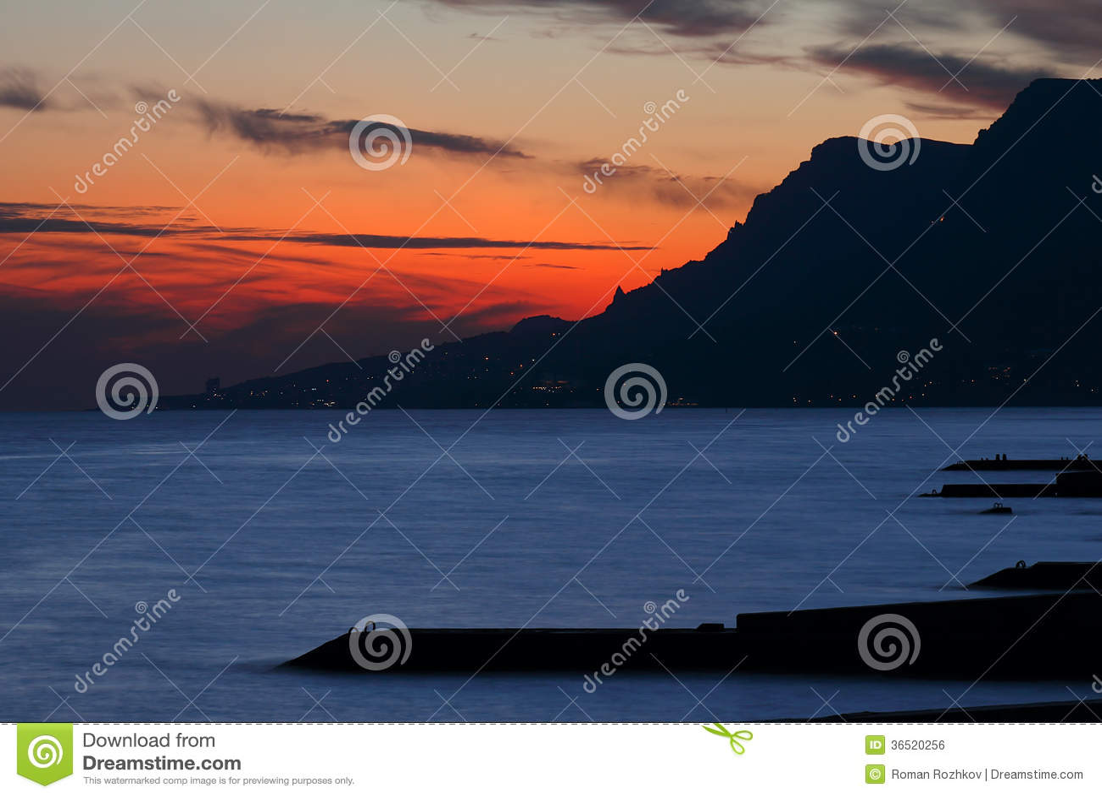 Coucher du soleil au-dessus de la mer.