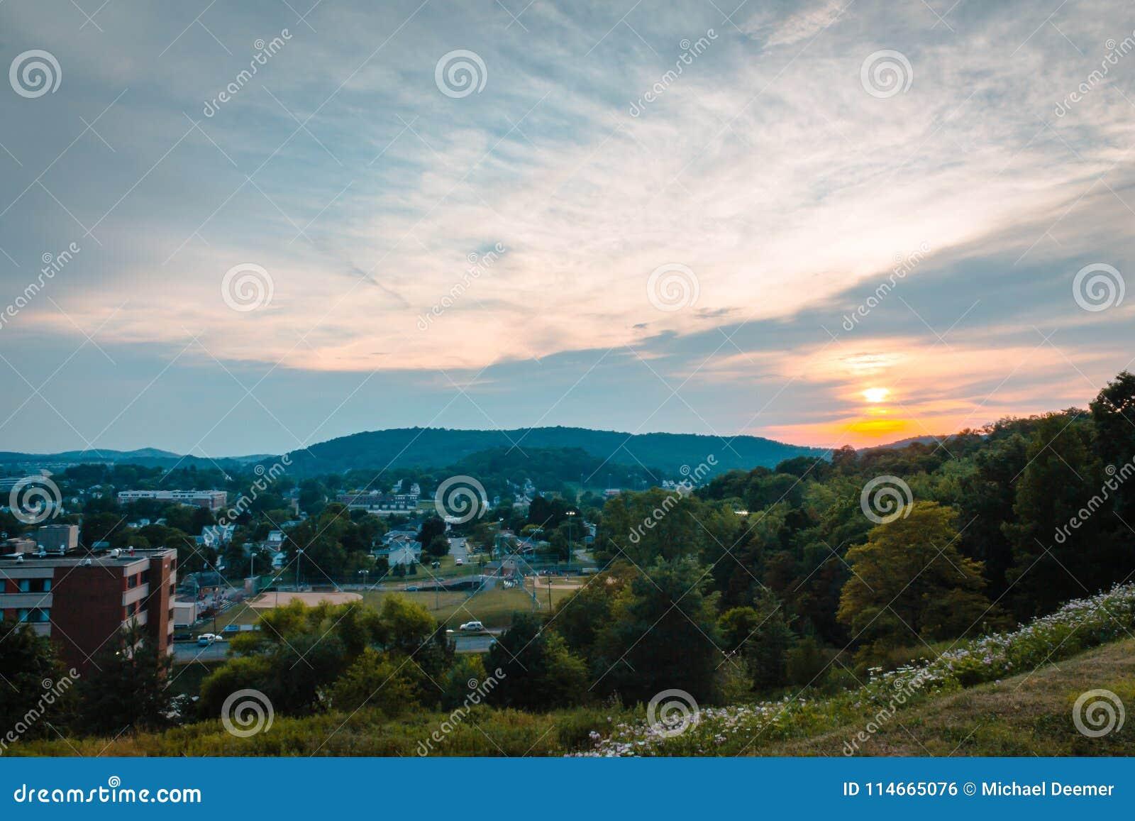 Coucher du soleil au-dessus de la ville d Indiana Pennsylvania