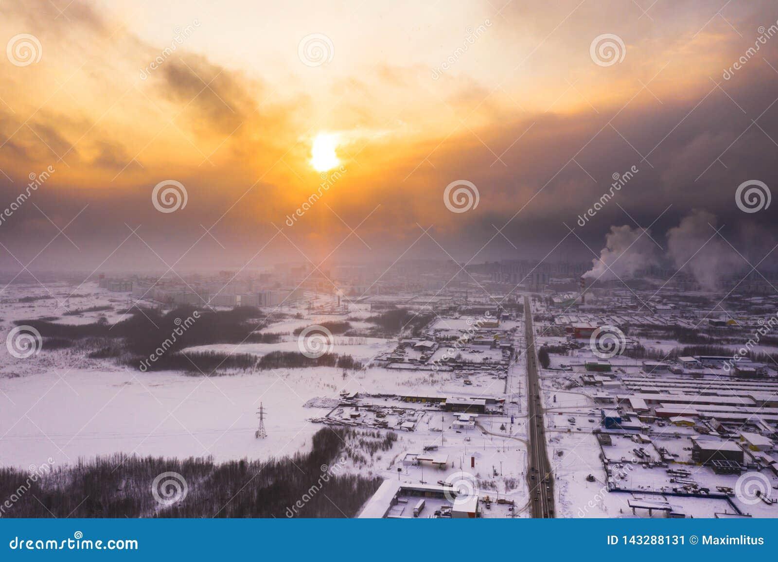 Coucher du soleil au-dessus de la ville en hiver