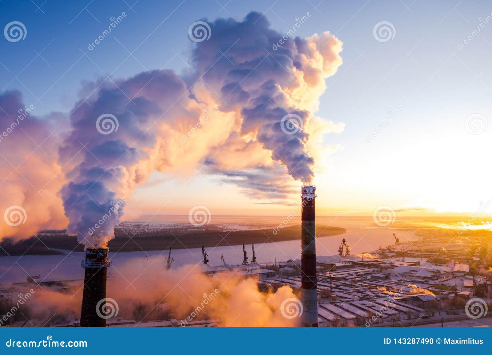 Coucher du soleil au-dessus de la zone industrielle de la ville en hiver