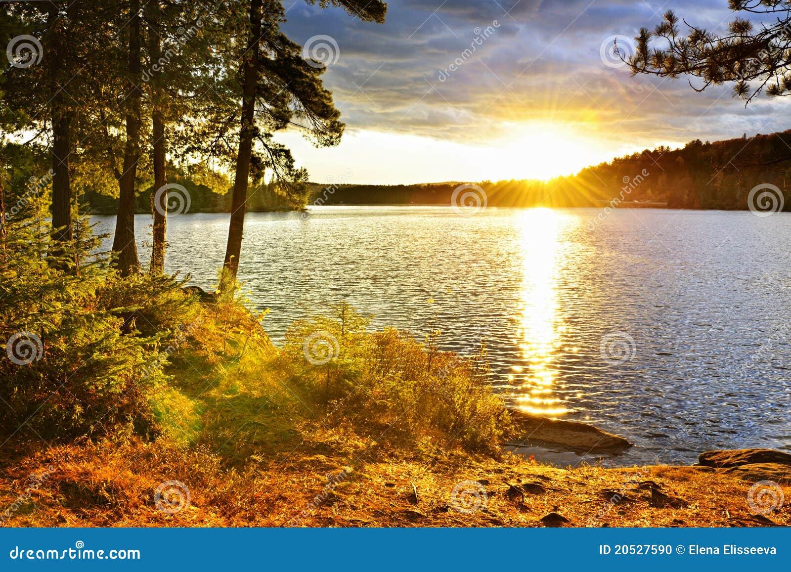 Coucher du soleil au-dessus de lac