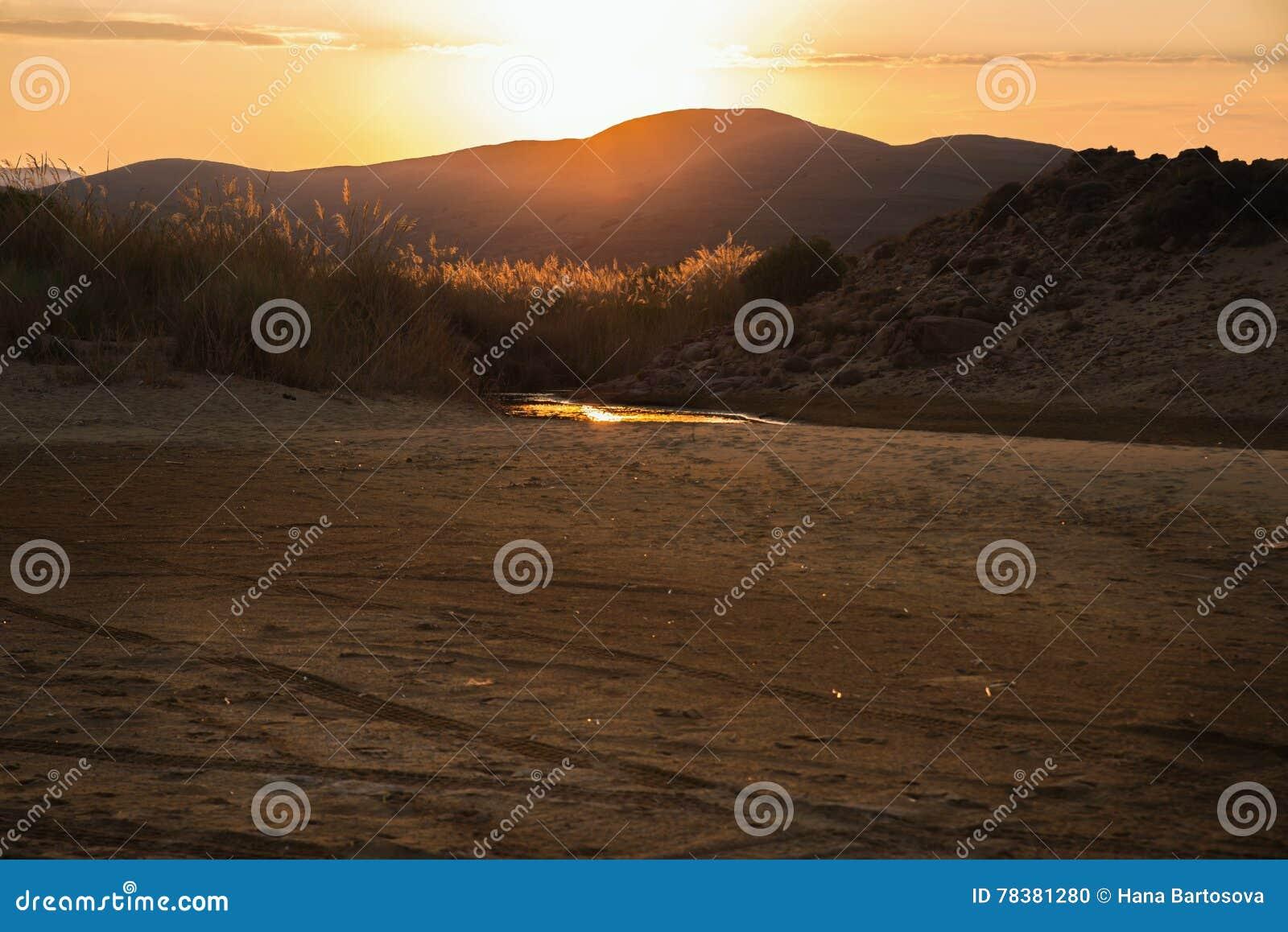 Coucher du soleil au-dessus de montagne et de dessert, Lemnos