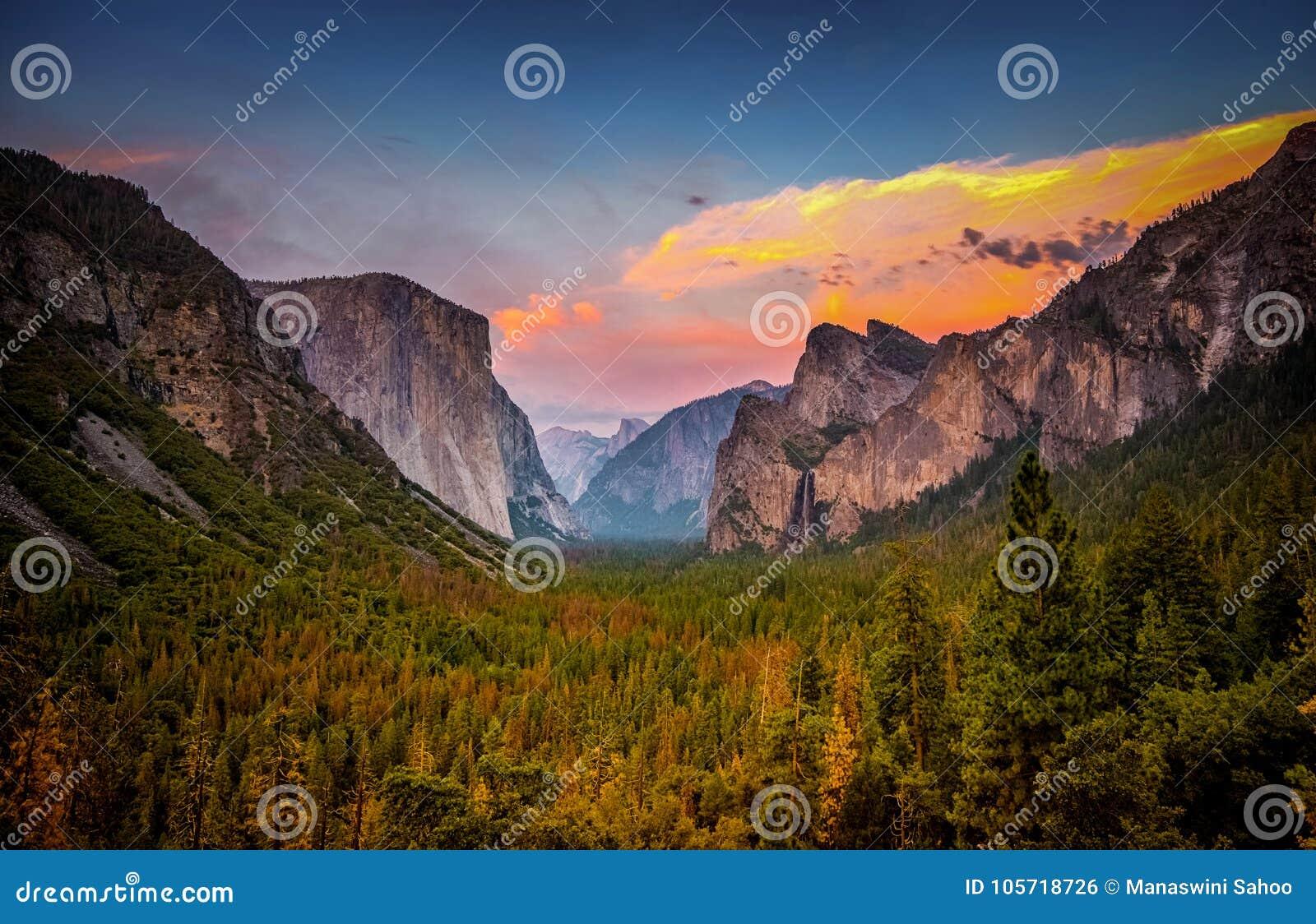Coucher du soleil au-dessus de parc national de Yosemite de vue de tunnel