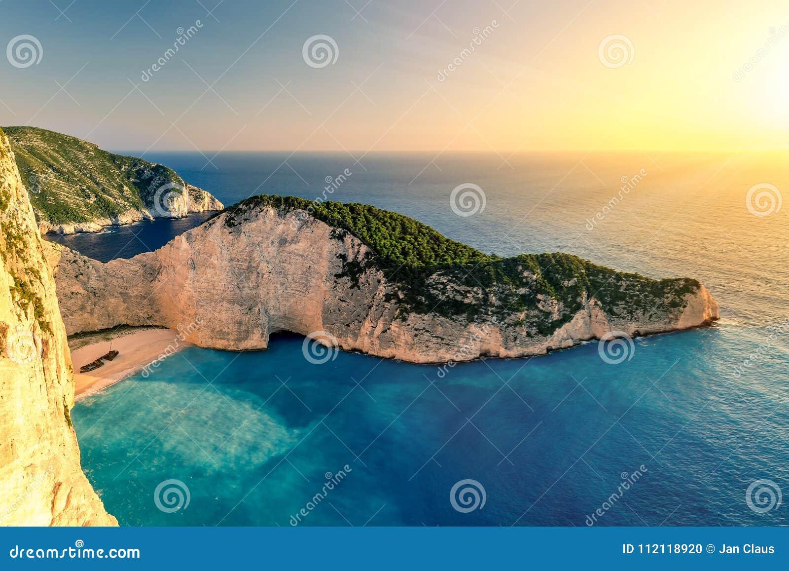 Coucher du soleil au-dessus de plage de Navagio, Zakynthos, Grèce
