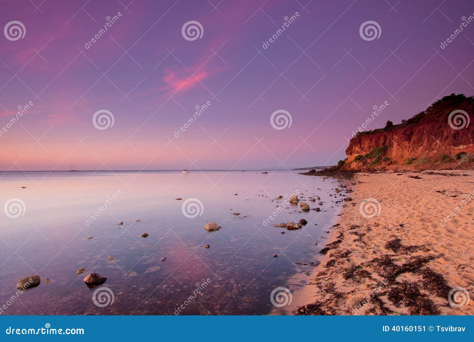 Coucher du soleil au-dessus de plage sablonneuse, péninsule de Mornington