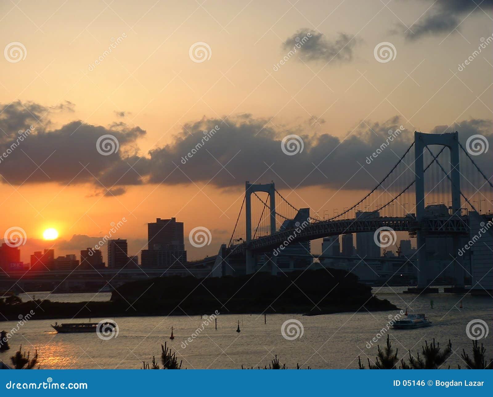 Coucher du soleil au-dessus de pont en arc-en-ciel