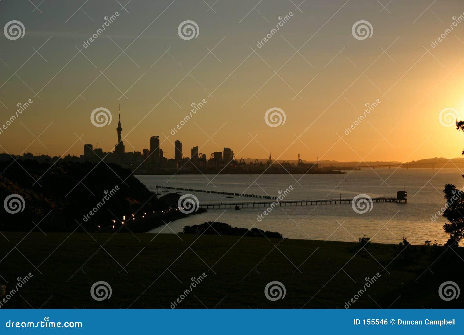 Coucher du soleil au-dessus de port d Auckland
