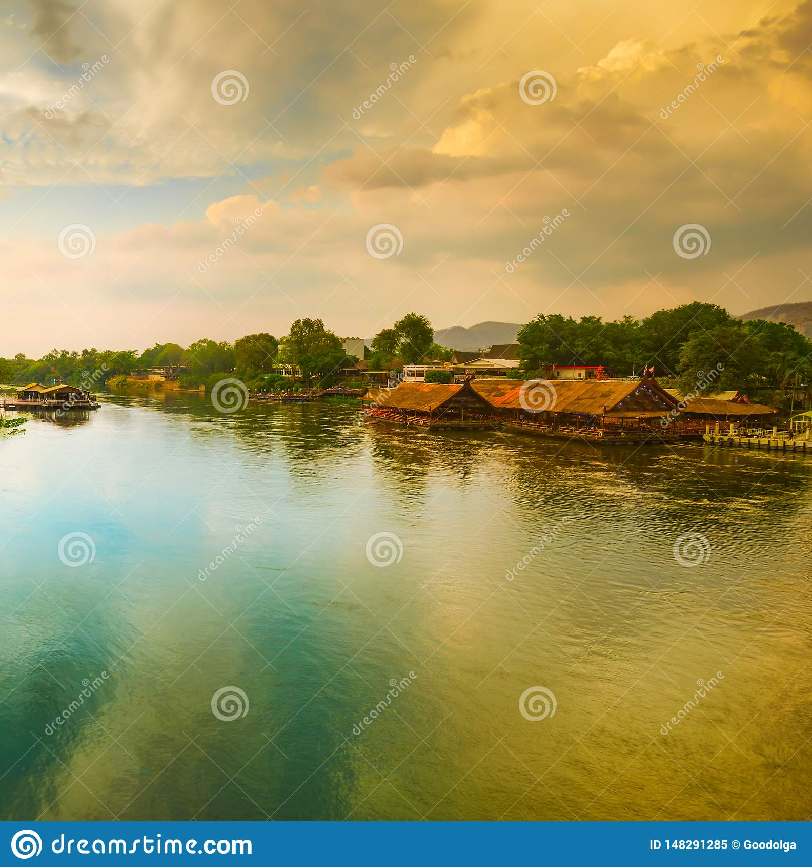 Coucher du soleil au-dessus de rivière de Kwai, Kanchanaburi, Thaïlande