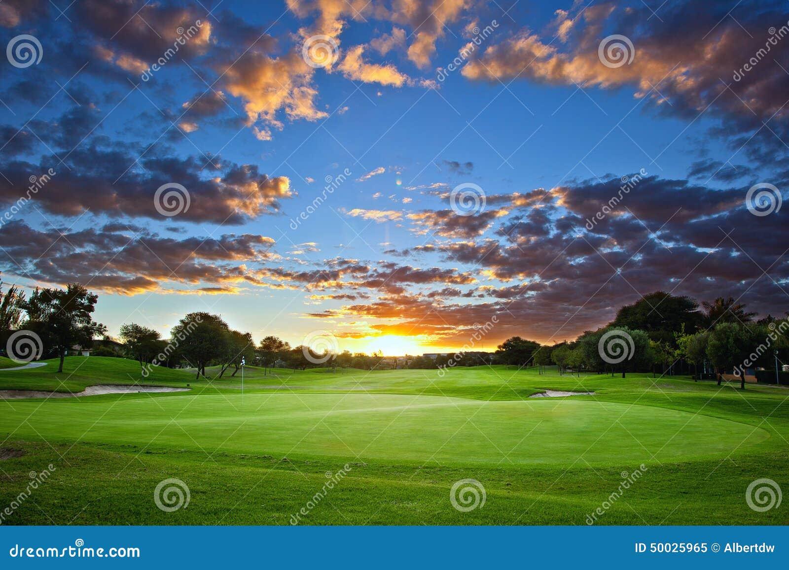 Coucher du soleil au-dessus de terrain de golf