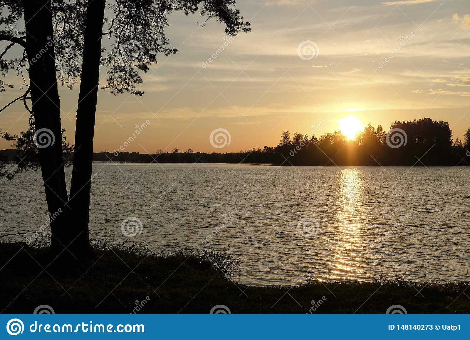 Coucher du soleil au-dessus du lac Valdai