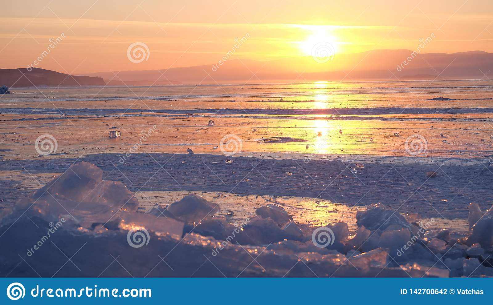 Coucher du soleil au lac de baikal, Russie