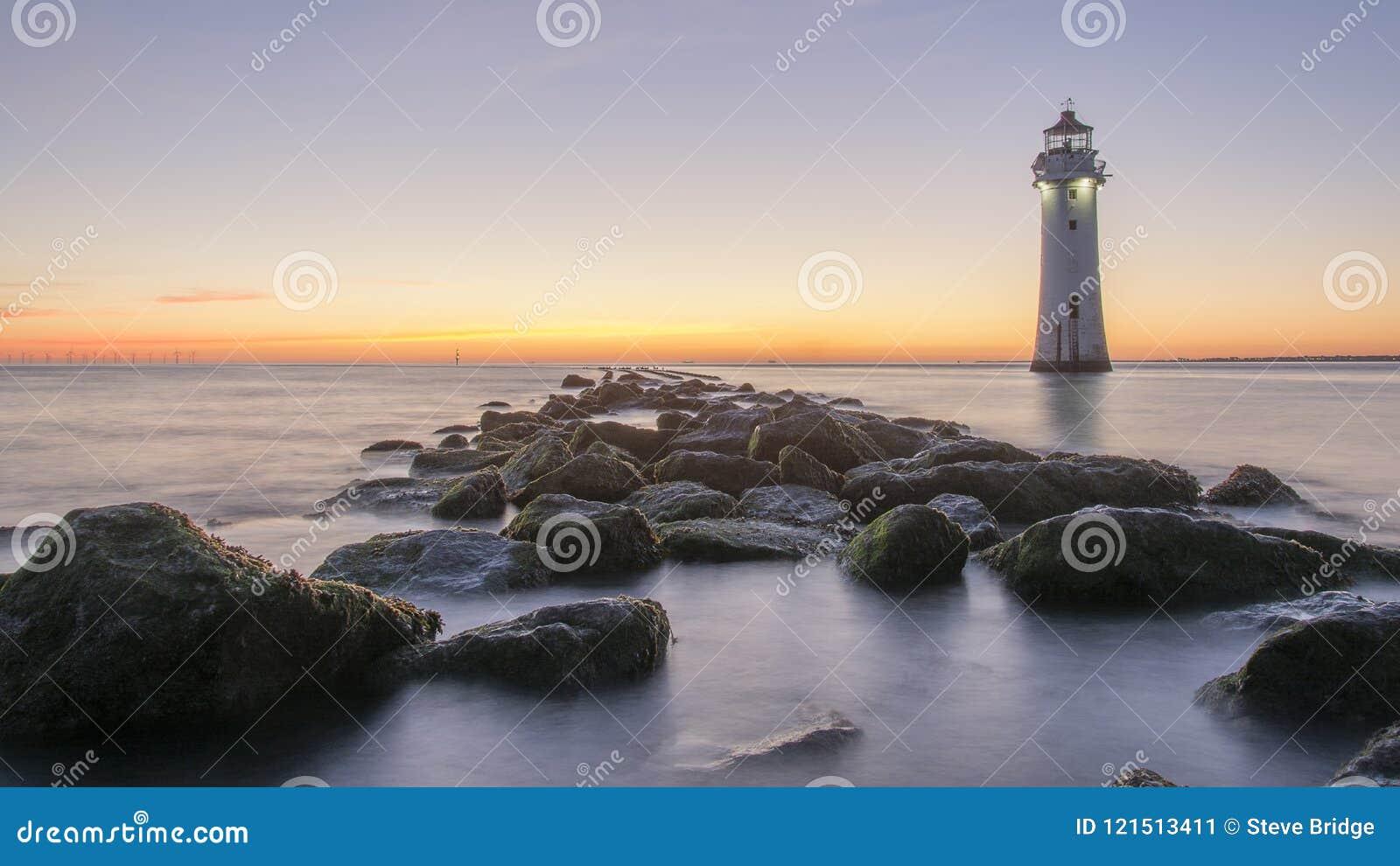 Coucher du soleil au phare nouveau Brighton de roche de perche