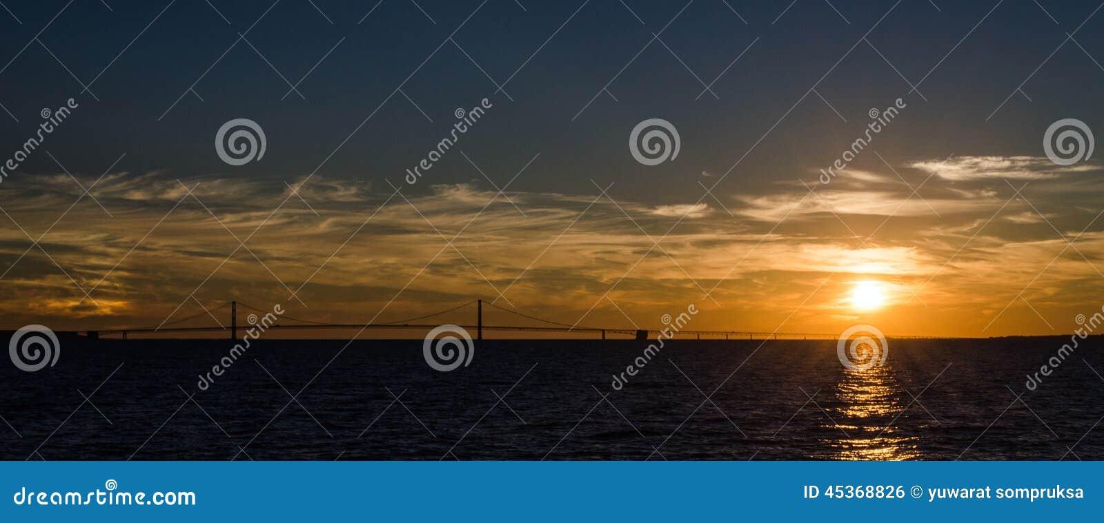 Coucher du soleil au pont de mackinaw
