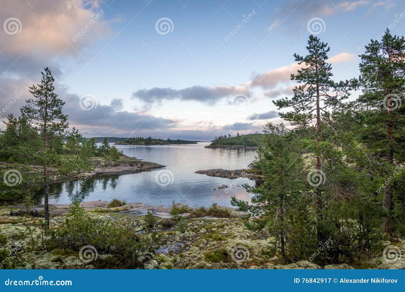 Coucher du soleil aux îles de république de la Carélie sur le lac Ladoga