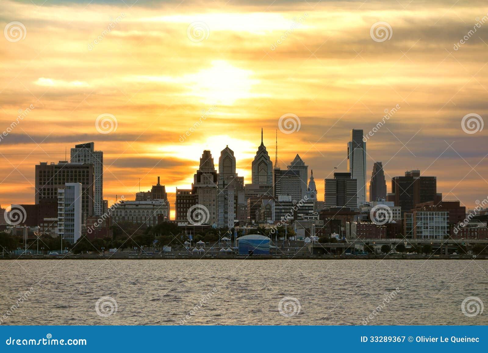 Du soleil central de philadelphie de ville sur le fleuve delaware