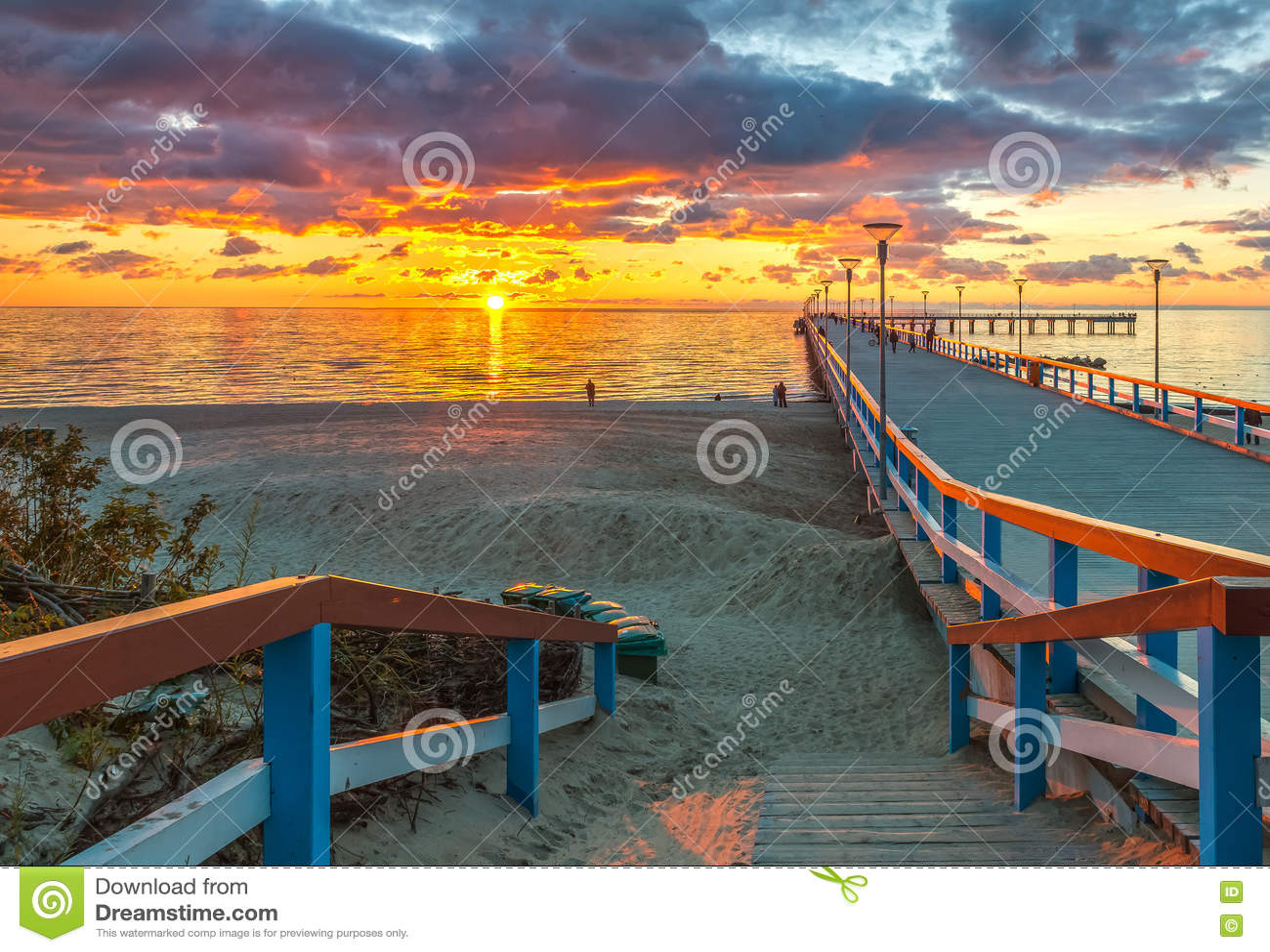 Coucher du soleil coloré à la jetée, mer baltique marine, Lithuanie