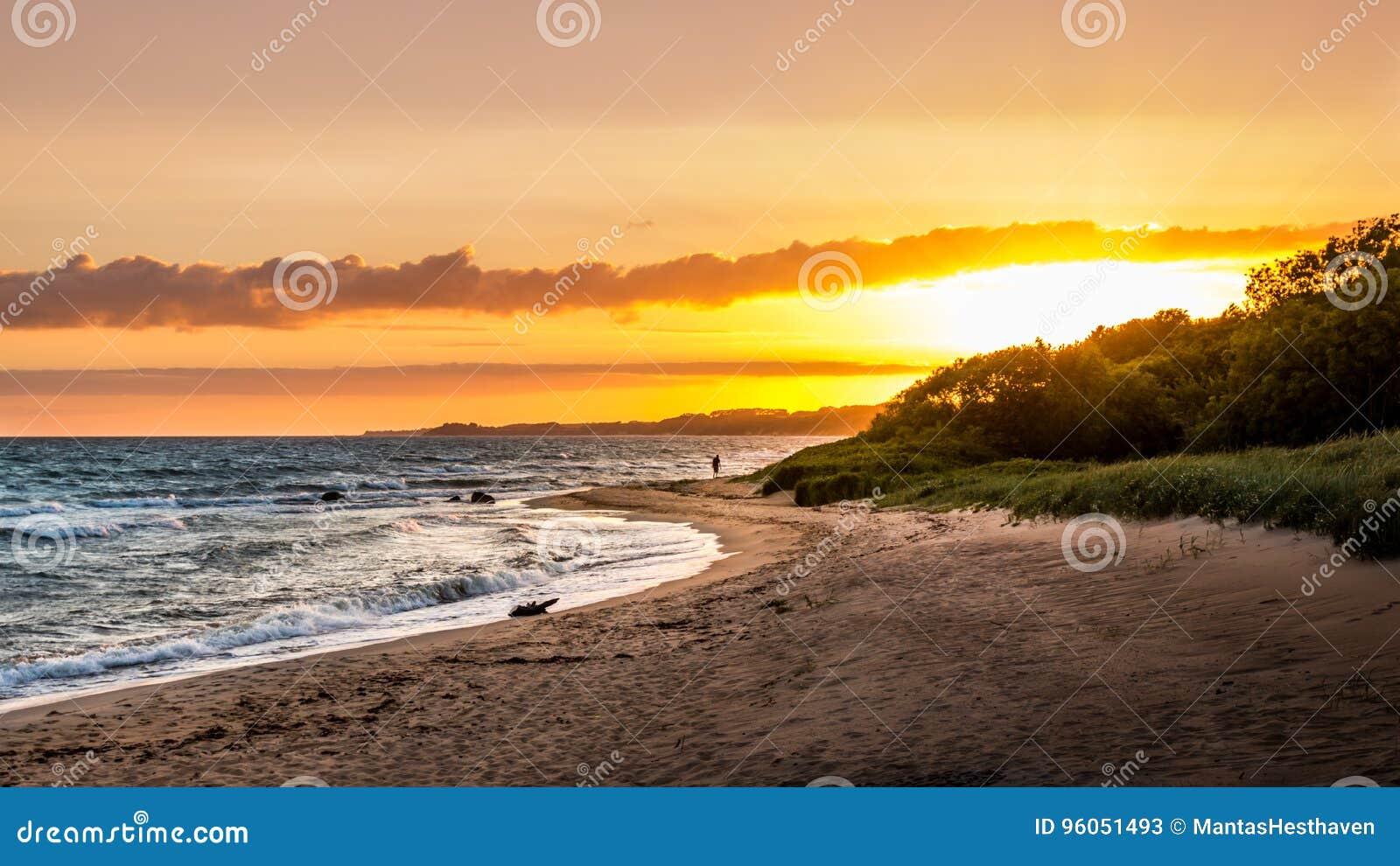 Coucher du soleil coloré de littoral avec la beaux plage et océan