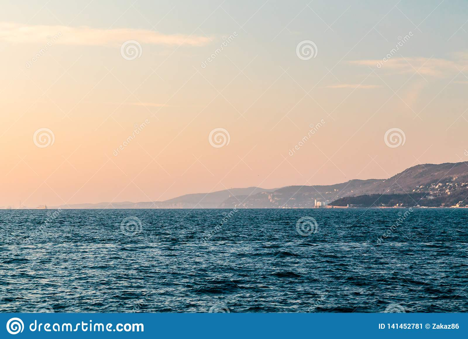 Coucher du soleil coloré devant la ville de Trieste