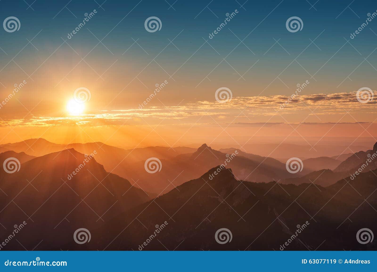 Download Coucher Du Soleil Coloré Sur La Montagne Autrichienne Image stock - Image du beau, horizontal: 63077119
