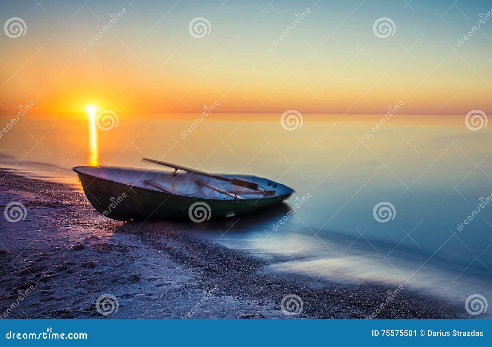 Coucher du soleil d été de paysage marin