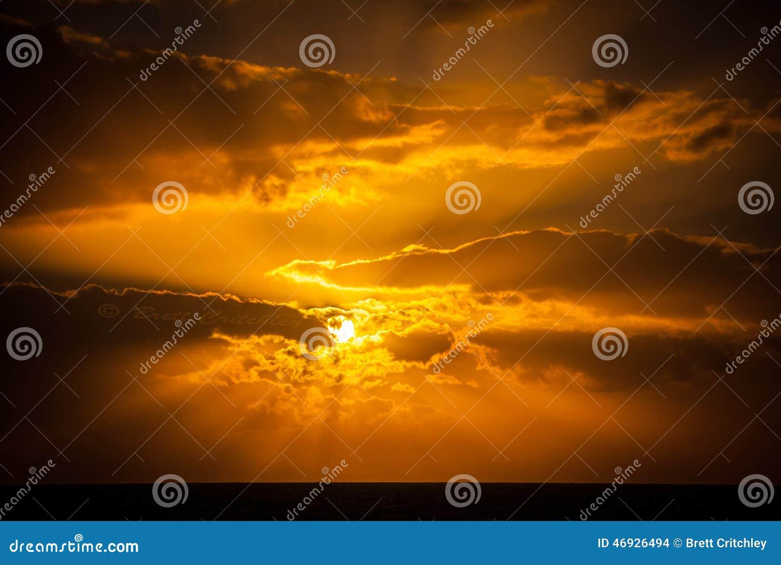 Coucher du soleil d or étonnant