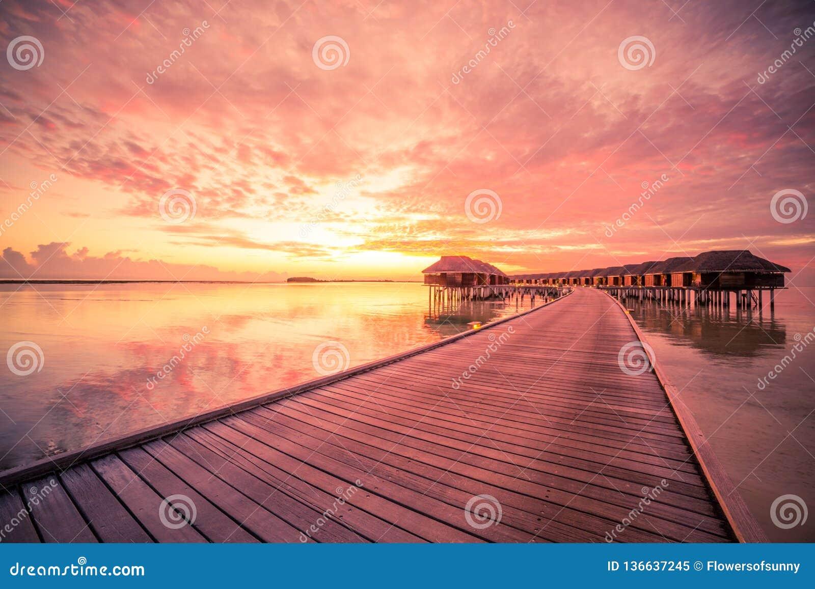 Coucher du soleil d île des Maldives Les pavillons de l eau recourent aux îles échouent L Océan Indien, Maldives