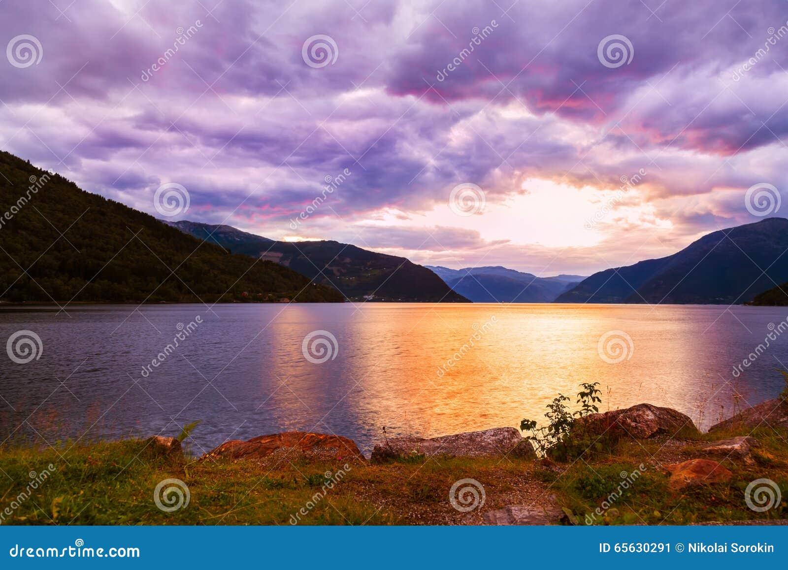 Coucher du soleil dans le fjord Hardanger Norvège