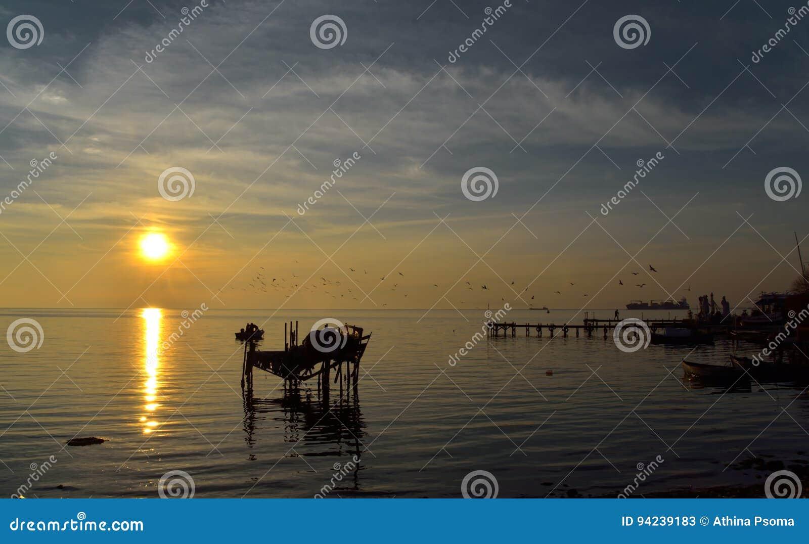 Coucher du soleil dans le petit port