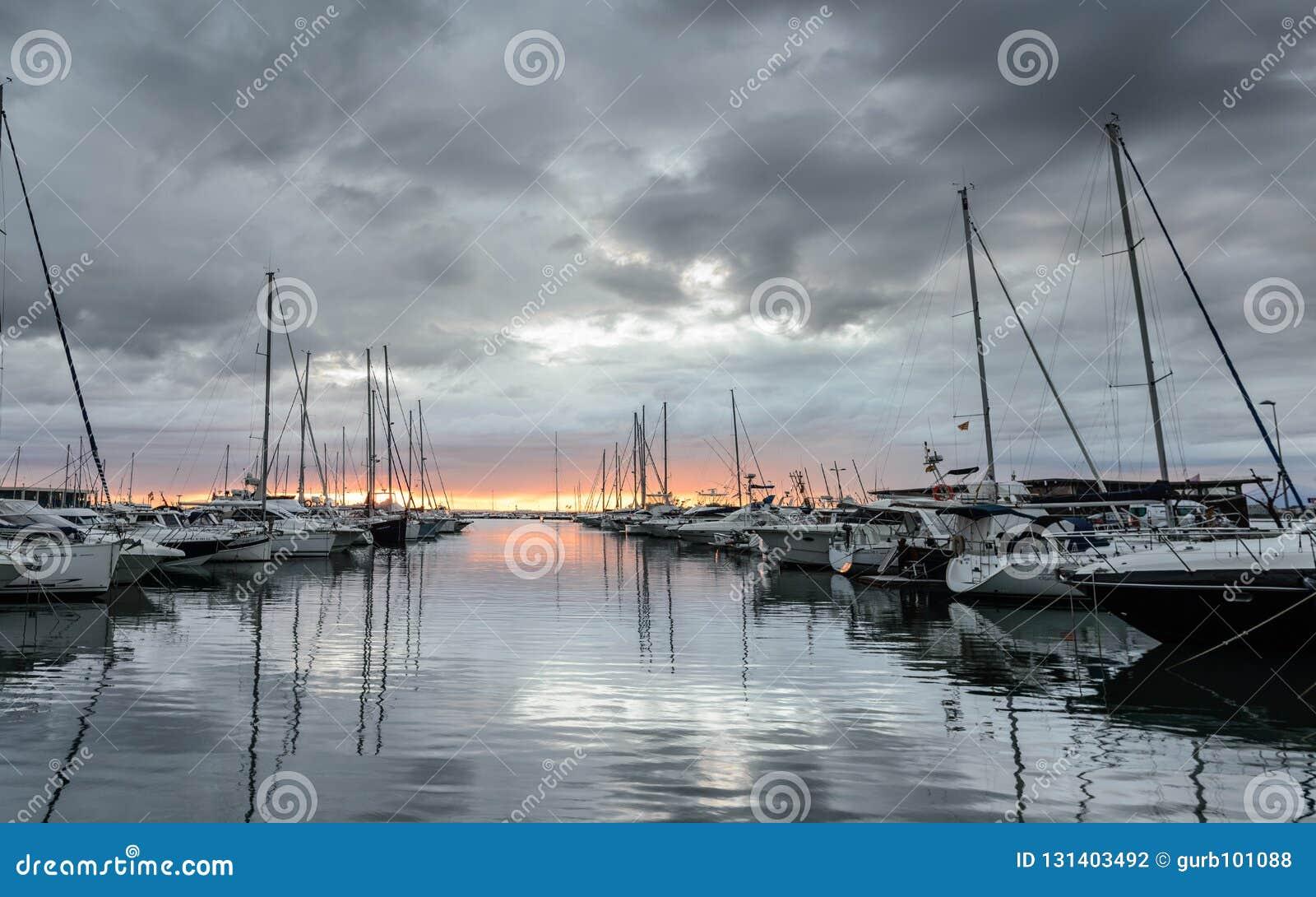 Coucher du soleil dans le port de loisirs de roses, Costa Brava, Catalogne