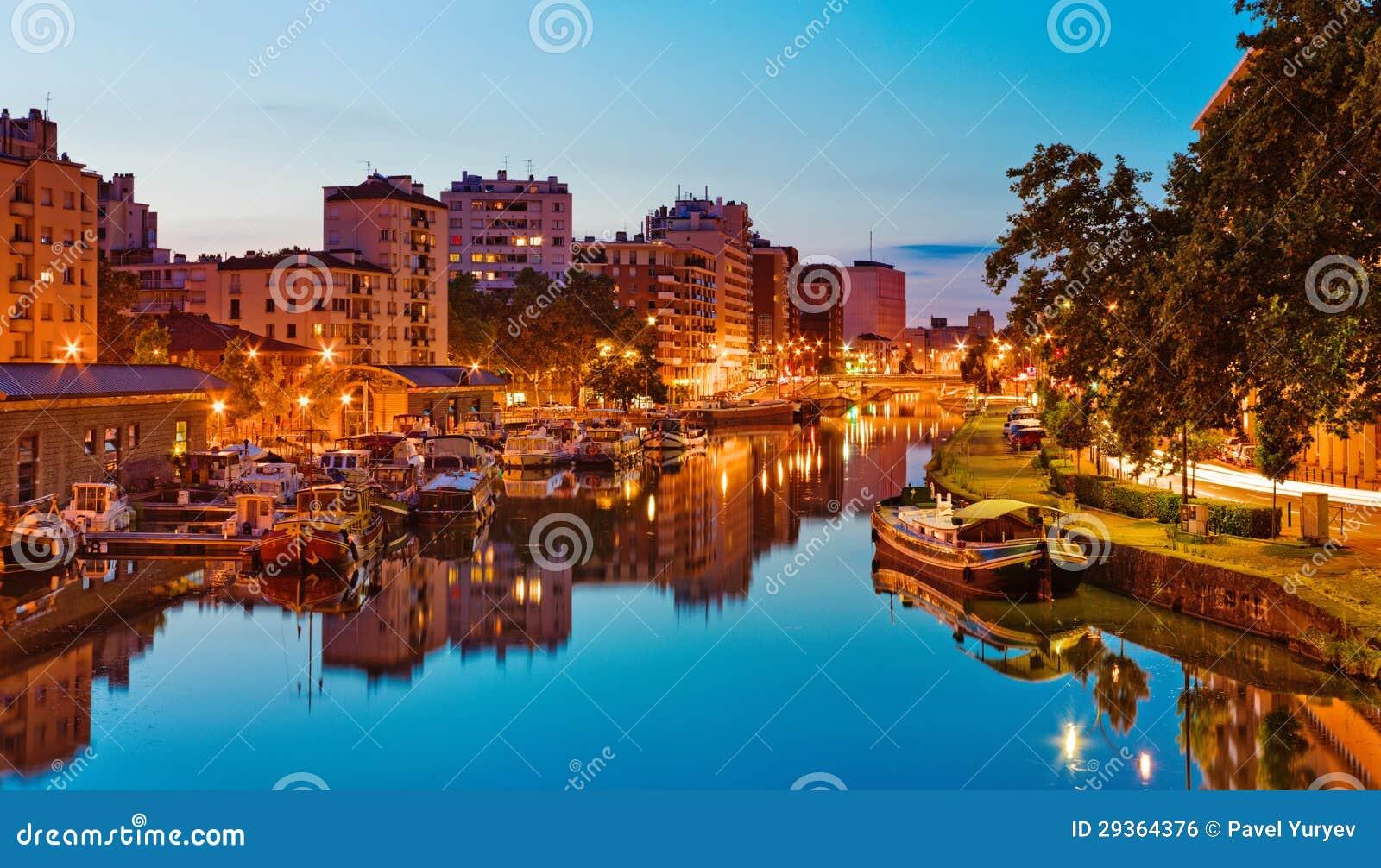 Coucher du soleil dans le port Sauveur, Toulouse, France