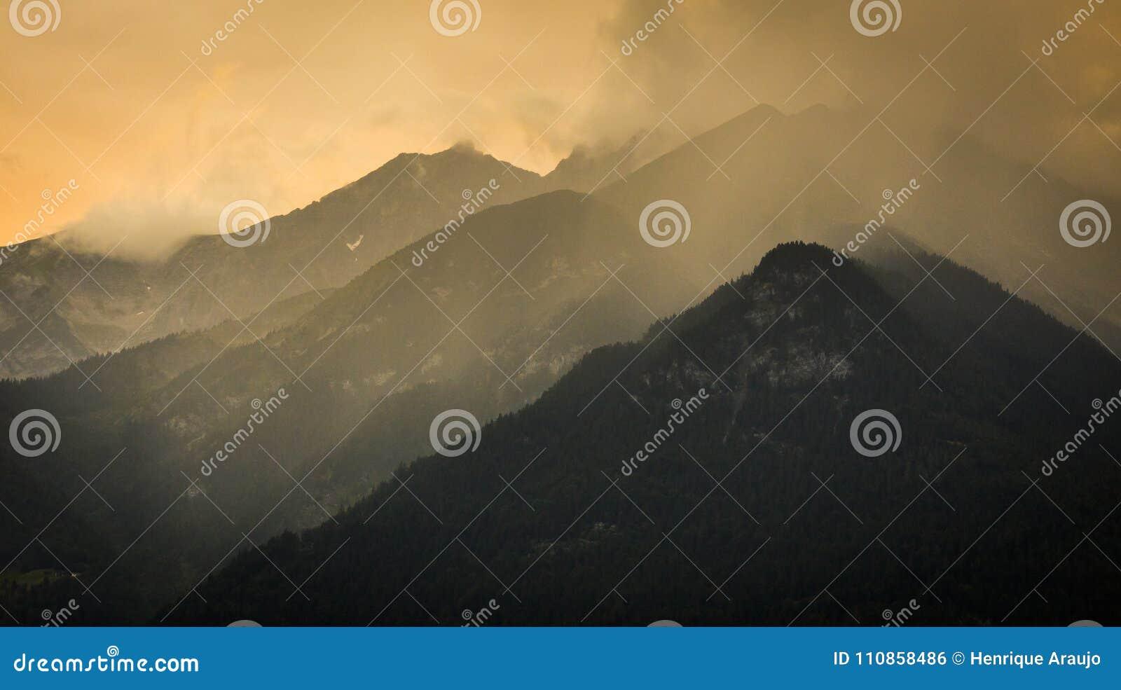 Coucher du soleil dans les montagnes aux Alpes autrichiens