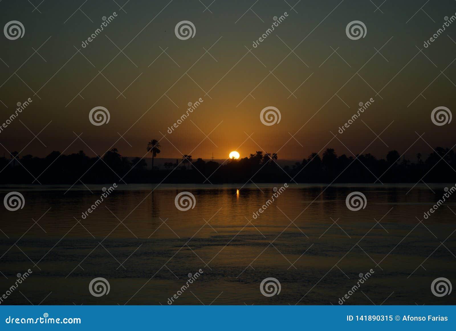 Coucher du soleil dans Nile River, Egypte