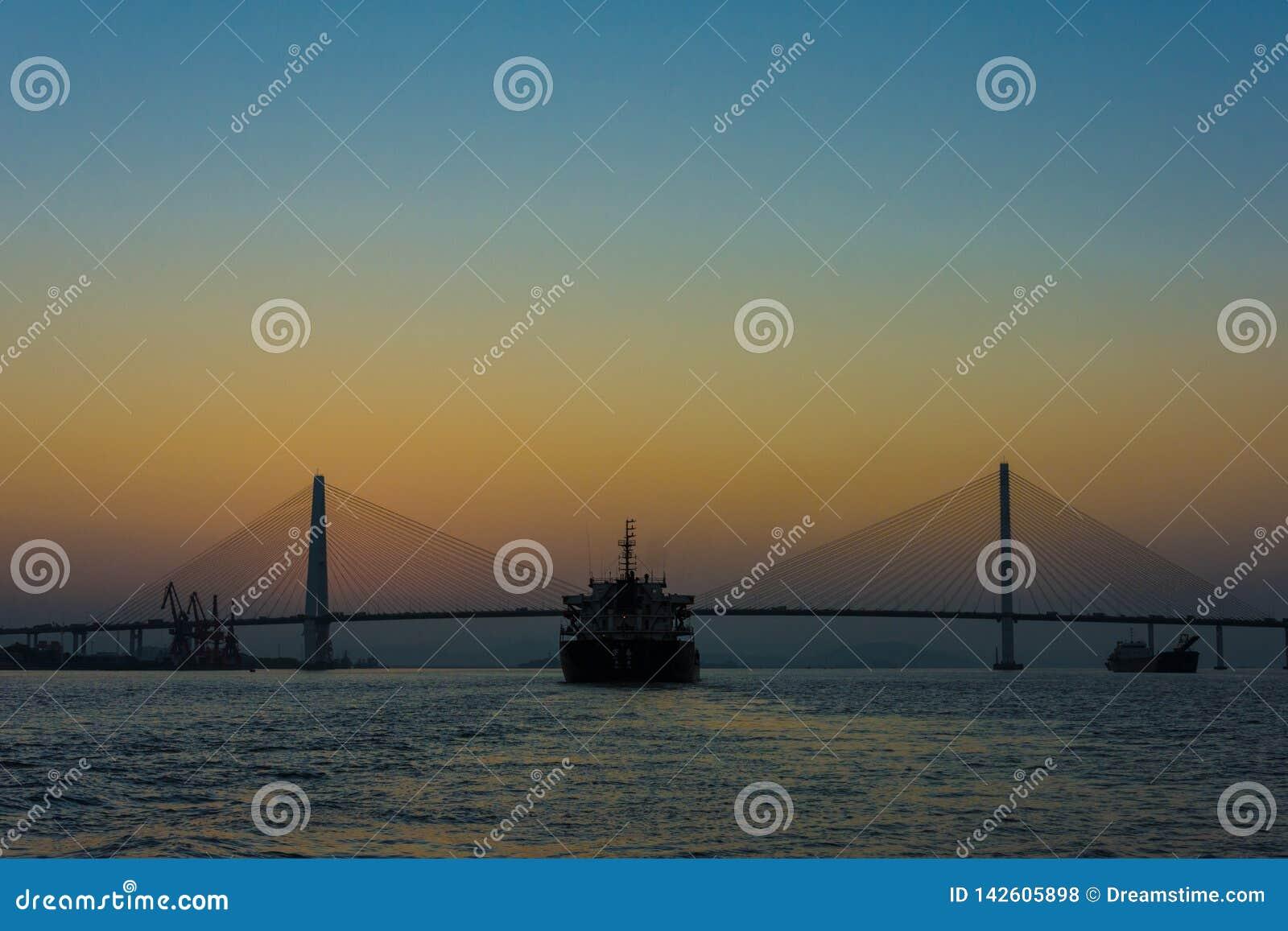 Coucher du soleil de ŒThe de ¼ de ŒShipï de ¼ de Bridgeï, rivière, mer, port