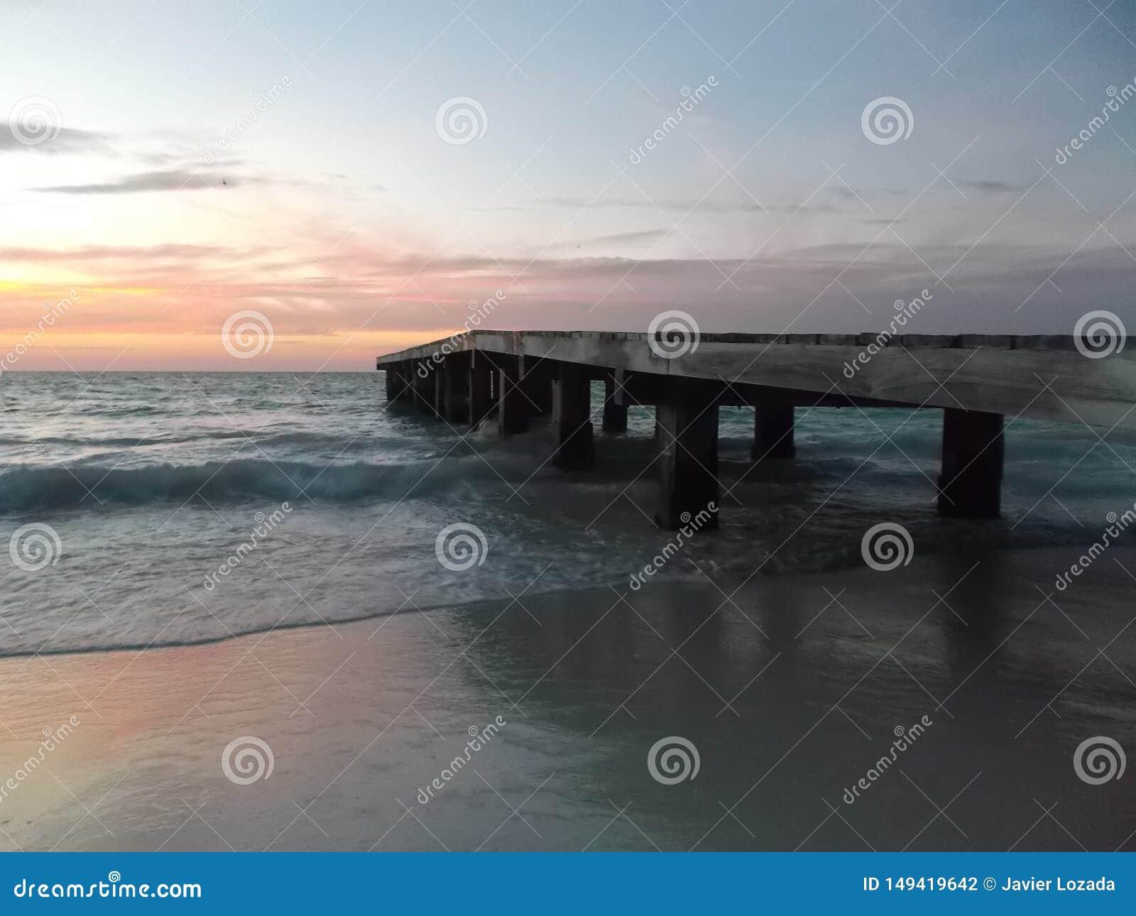Coucher du soleil de camineriw de dock sur le dock