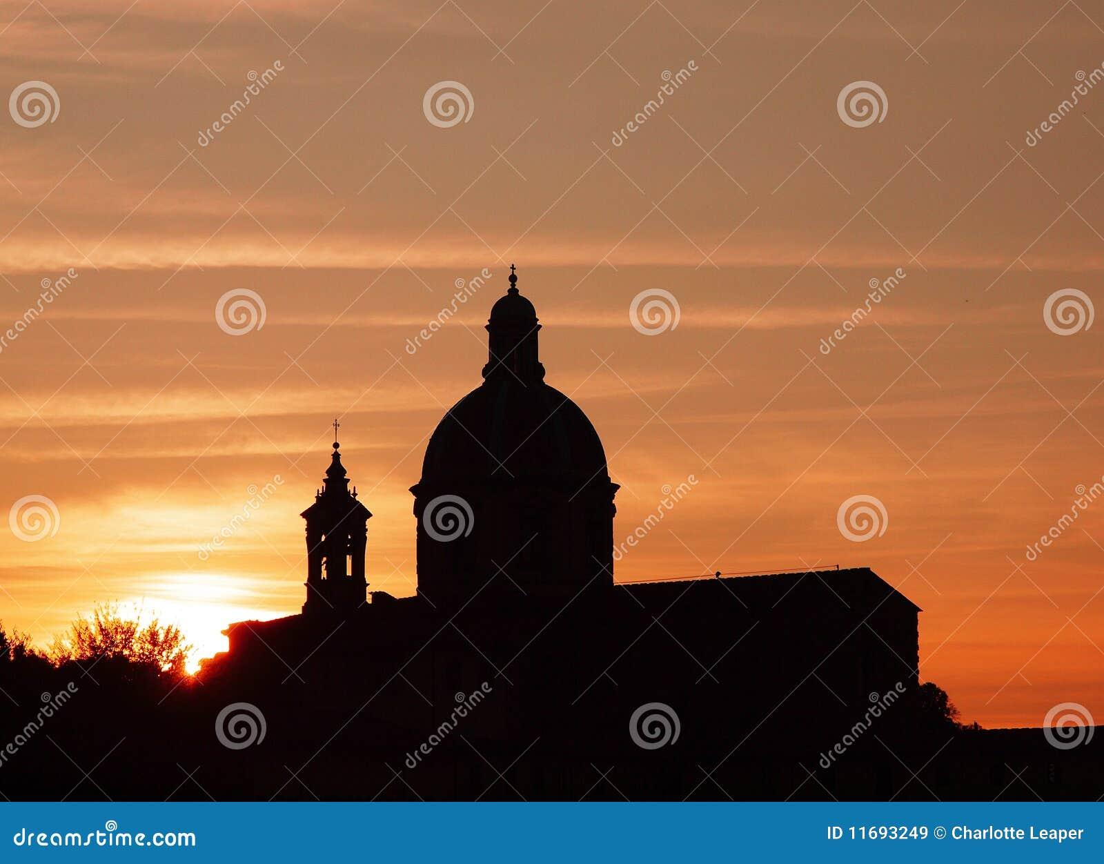 Coucher du soleil de dôme d église