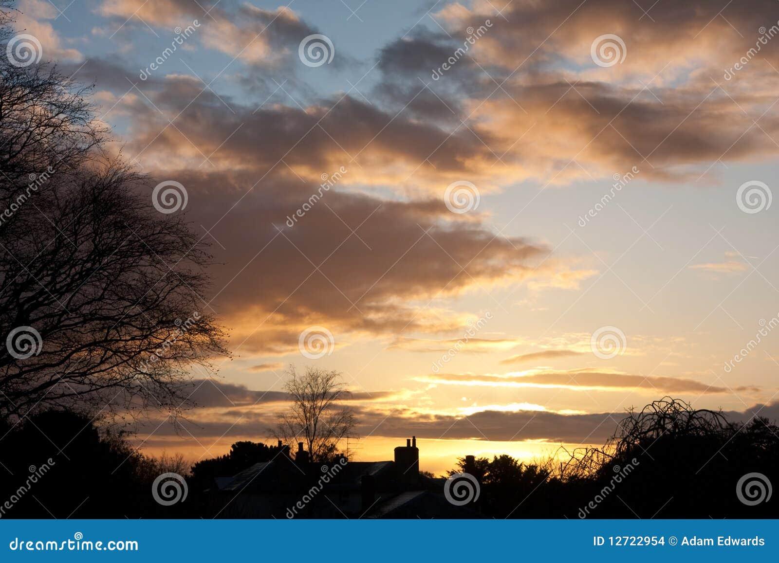 Coucher du soleil de l hiver au-dessus d un horizon silhouetté