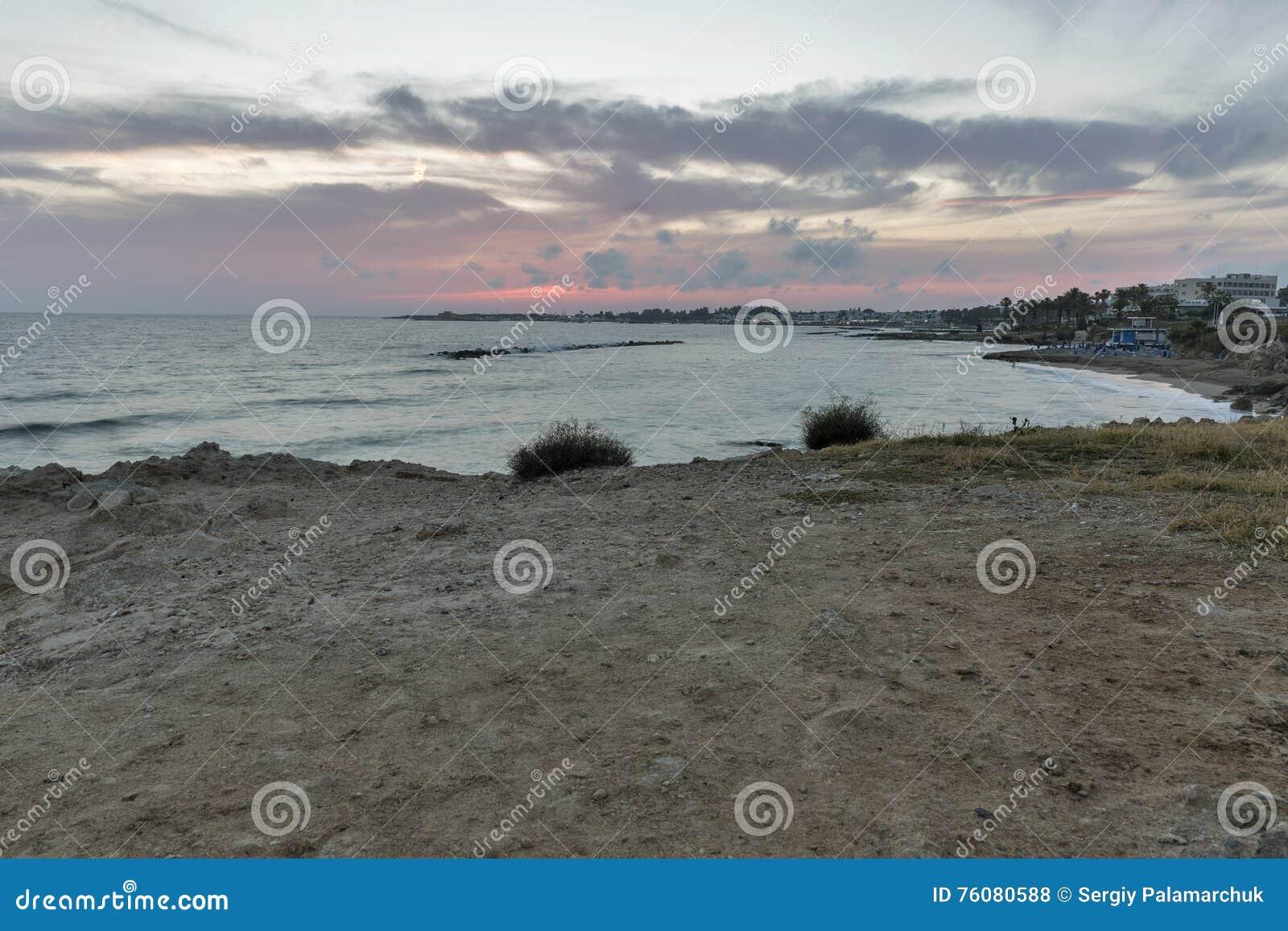 Coucher du soleil de la mer Méditerranée dans Paphos, Chypre