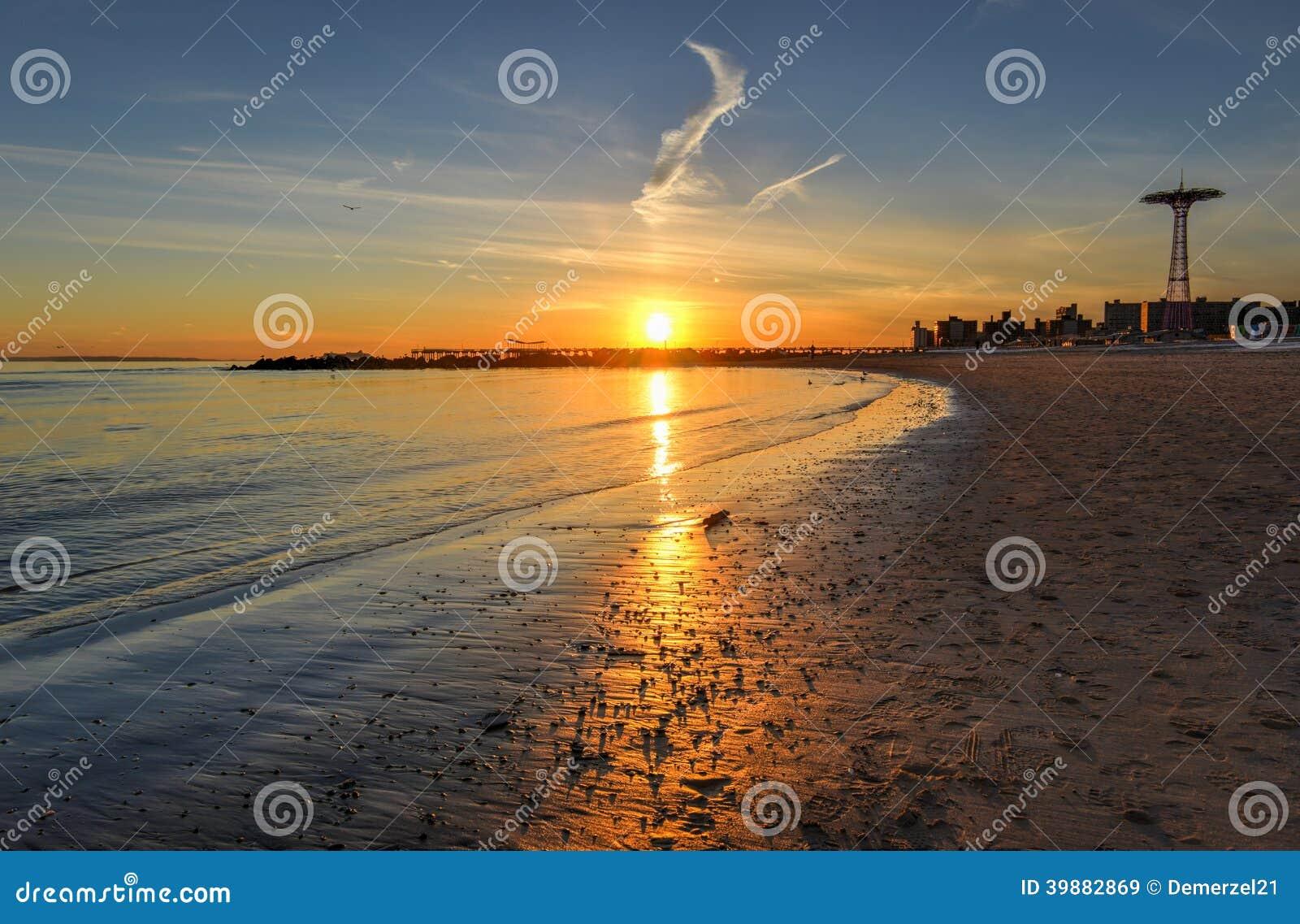 Coucher du soleil de plage de Brighton et de Coney Island